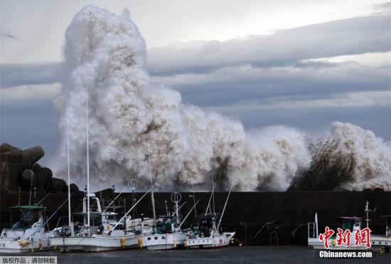 强台风巴蓬登陆日本:驻日美军士兵被卷走