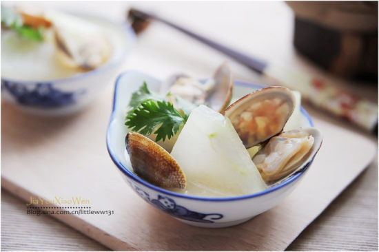 蛤蜊冬瓜汤,在夏季食用比较多,因为冬瓜能够消暑利尿。但是蛤蜊却又在天冷时更加肥美。蛤蜊的吃法真的很多,仅仅家常的做法就有数种,辣炒、微波、做汤、包饺子我曾一度痴迷新鲜生蛤蜊直接去壳取肉,连汤带肉一起入锅做汤,那汤极其鲜美,是任何做法都无法与其媲美的。新鲜生蛤蜊取出来的肉不洗,冲水鲜度就大打折扣,这是秘诀。生鲜蛤蜊肉做汤虽好吃,但是去壳取肉非常麻烦,托卖蛤蜊的商贩取肉倒是简单,但是拿完钱直接剥肉,卫生实在是让人不放心。   座落在海边儿城市,我们最家常的蛤蜊汤,是直接煮好蛤蜊,取肉和汤,汤作为汤头与菜