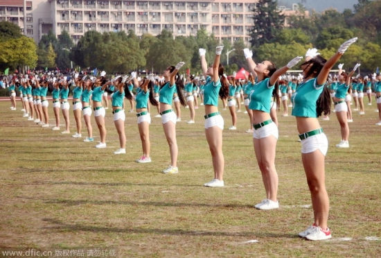 浙江大学生穿热裤着露脐装做广播体操