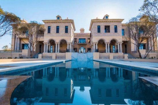 国际在线专稿:据英国《镜报》10月22日报道,靠保险业在英国发家的南非籍富翁斯泰恩(Douw Steyn) ,日前斥资1400万英镑(约合人民币1.4亿元)在南非建造了一座巨型豪宅。而他的终极目的是以这栋豪宅为中心建造一座完整的城市,可容纳1.1万栋住宅,有私立学校和长达42公里的行车道路。   斯泰恩的巨宅占地809公顷,位于约翰内斯堡(Johannesburg)与比勒陀利亚(Pretoria)之间,目前还未完工。这座豪宅有7个卧室套房、酒窖、可停放33辆车的巨大地下车库,甚至还有自己的高架桥。
