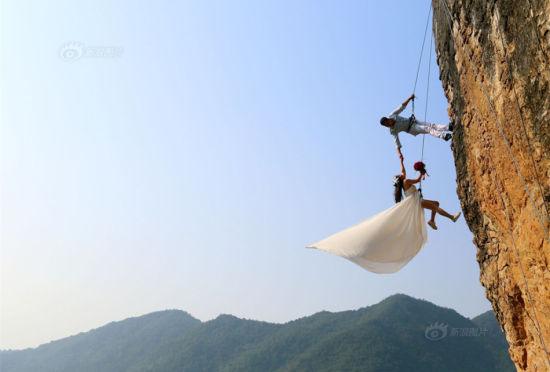 攀岩爱好者携妻子悬崖上拍惊险婚纱照