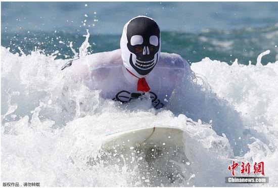 加州万圣节冲浪赛选手奇葩造型超瞎眼