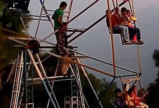 印度游乐园现人力摩天轮工人用手脚驱动