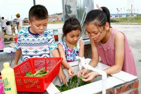 小朋友们在宝苞农场自己动手做菜