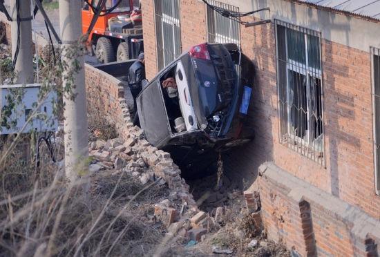 沈阳出现奇葩车祸轿车横卡进墙缝里