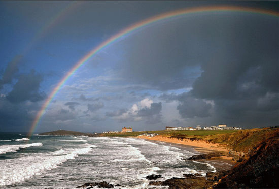 """英国海边小城上空出现""""双彩虹""""绝美景象"""