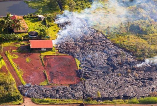美国夏威夷火山岩浆吞噬帕霍瓦镇民居