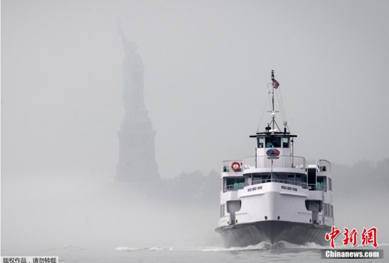 """纽约遭大雾笼罩自由女神像似""""隐身"""""""