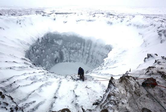俄200米深火山口覆盖着冰雪如上帝杰作