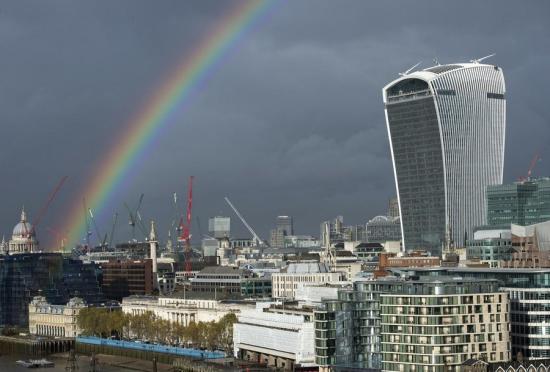 伦敦城阴云密布的天空赫然出现七色彩虹