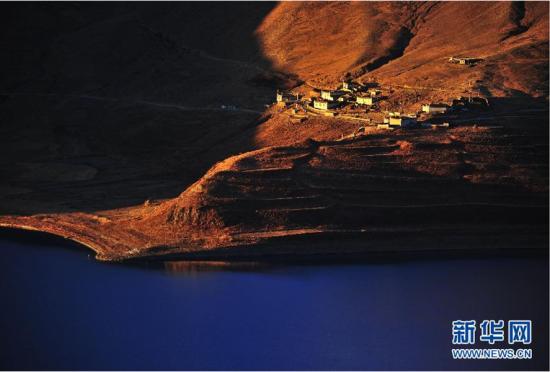 美丽中国:最美圣湖羊卓雍错的日出风光