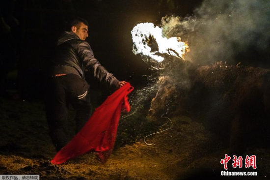 西班牙传统火牛节公牛犄角点燃熊熊烈火