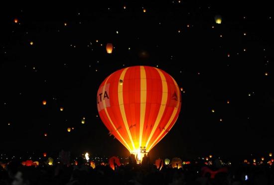 墨西哥国际热气球节:斑斓的魔幻之夜
