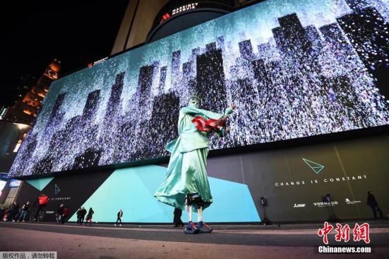 纽约时代广场现新广告牌长度堪比足球场