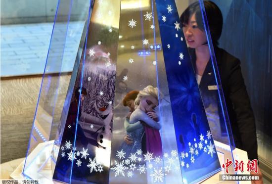"""日本推出白金圣诞树演绎梦幻""""冰雪奇缘"""""""