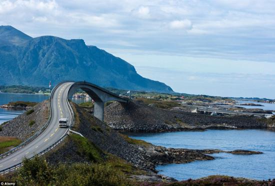 挪威惊险公路扭曲蜿蜒呈现视觉奇观