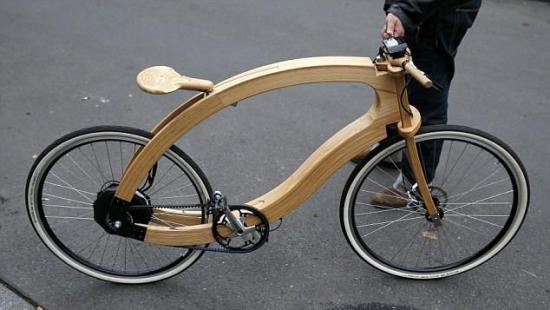 中新网11月21日电 据外媒报道,德国的一名设计师近日发明了一辆纯电动自行车,造型非常时尚前卫,但价格却高达3000欧元。   报道称,与传统自行车的金属和碳纤维框架相比,这种电动自行车除了车轮、电动马达和刹车部分以外,全部使用了白蜡树的木材制作,甚至连车座也是用木头做成的。   设计师指出,这种电动自行车和普通电动自行车一样,都配备了一个可充电的蓄电池。除了外形炫酷以外,没有其他任何不一样的地方。   报道还指出,设计师并没有表示这种木质自行车在下雨的时候如何行驶。众所周知,木材遇水后会变形、弯曲。