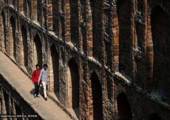 印度阶梯井(英语:Stepwells;印度语bawdi、baoli)是古代印度文明的一个标志性建筑物,提供了蓄水,纳凉等多种用途,阶梯井的设计目的是蓄水的同时,可以让民众比较容易的接近水源,通常阶梯井底部也会有闸门用以提升水位,在需要用水的季节将水位升至3-4层的位置。这种阶梯井一般都在地底下直通一座蓄水深池,而且人们全年都可以取得地下水。它的阶梯式结构是古印度人最高明的发明,体现了干旱地区人们的日常生活及宗教需求,同时展现了古印度石匠的高超技术。   印度阶梯井在印度已有上千年的历史,常见于印度西部
