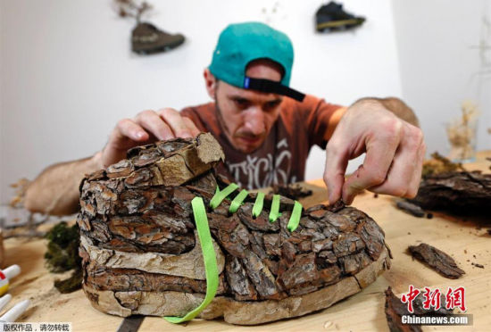 """法国艺术家制造独特的""""树皮""""耐克鞋"""
