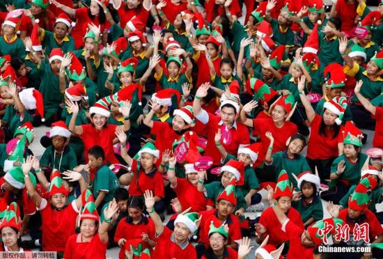 泰国千名儿童扮成圣诞精灵打破世界纪录