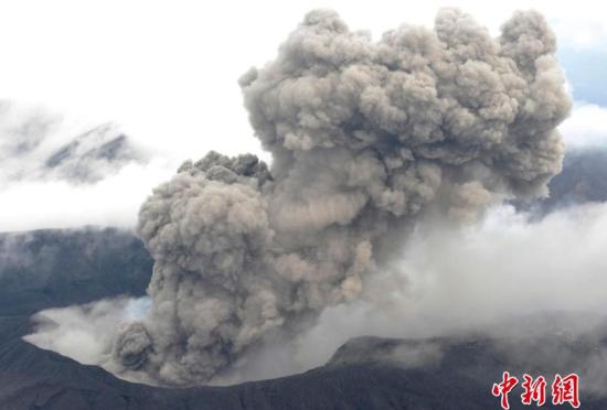 日本阿苏火山喷发浓烟高达1500米