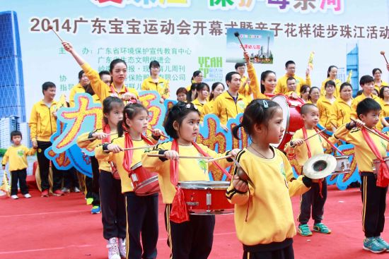 环保亲子运动会、保护珠江科普教育陆续登场   本届运动会是广东省环保厅 粤环保,粤时尚大型环保公益活动的组成部分,除了11月29号的开幕式之外,还将在25家幼儿园举办25场亲子环保运动会。   运动会上,幼儿园将按年级进行不同的比赛项目,各比赛项目渗透爱珠江公益教育意义。此外,各幼儿园将同时开展爱珠江,保护母亲河马拉松环保教育活动。各幼儿园通过老师带领孩子进行跑步锻炼、散步等方式,不仅锻炼了身体,积累了环保里程,还了解了珠江流向图和沿途的风土人情,深化了对小朋友保护珠江、珍惜水资源的环保教