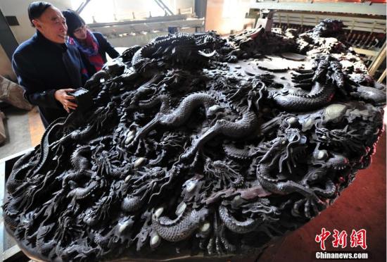 河北现18吨巨型砚台表面刻有56条中国龙
