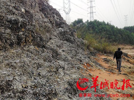 电子洋垃圾拆解者将焚烧残留物运到山里水库附近堆积,由于垃圾铜超标,水库的水呈现不正常的蓝绿色
