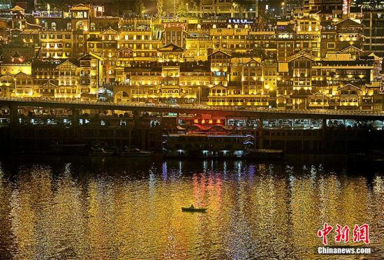 重庆洪崖洞现仿若《千与千寻》奇幻街景