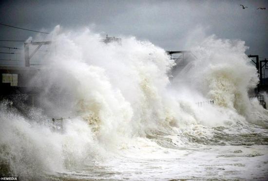 英国受大西洋风暴影响狂风巨浪来袭