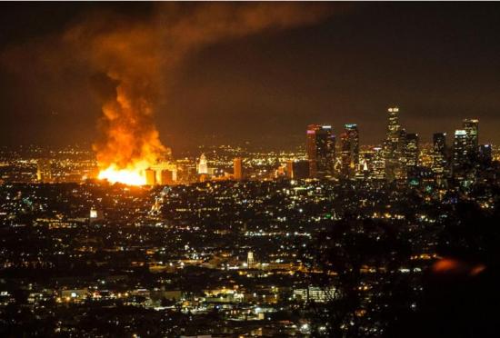 洛杉矶火灾出动250名消防员火光映亮天空
