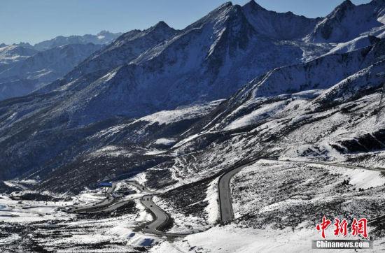川藏公路通车60年来,发生了翻天覆地的变化,以前的天险之路已渐渐变成了一条通向拉萨的坦途,同时也成为沿线藏族同胞的致富路。据悉,经11万军民4年多的艰苦修建,1954年12月川藏公路正式通车。因其沿途需翻越20多座高山,又要经过草原、森林、雪山、冰川、峡谷等多种自然风貌,也被誉为是中国最美丽的公路。中新社发 刘忠俊 摄 图为西藏昌都市境内的川藏318公路九十九道拐。
