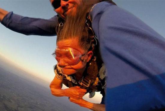 中国81岁老太澳洲玩高空跳伞惊呆游客