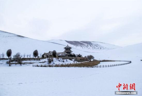 甘肃敦煌银装素裹民众冬游沙雪交融美景