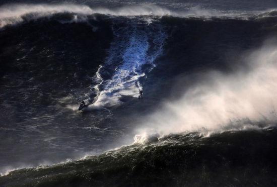 葡萄牙海滩迎来巨浪天气吸引众多冲浪达人