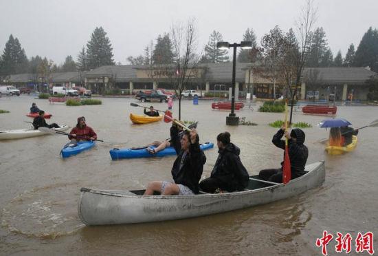 """美国加州普降暴雨民众出行""""荡起双桨"""""""