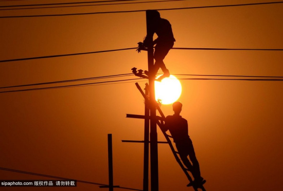印度工人在夕阳下劳作迎接传统佛浴节