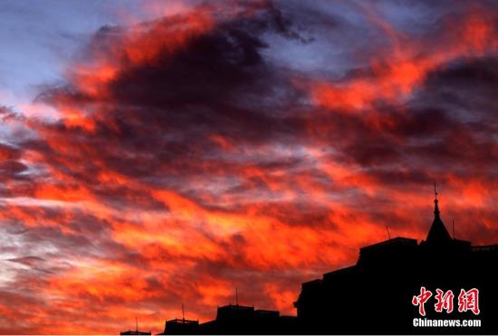 郑州日出前出现绚丽的七彩云美不胜收