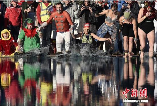 """英国伦敦举行一年一度""""变装冬泳""""比赛"""