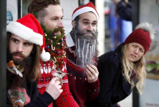 """英国男士胡子挂饰品变身移动""""圣诞树"""""""