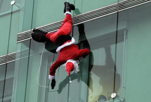 特警扮圣诞老人从天而降看望儿童医院病患