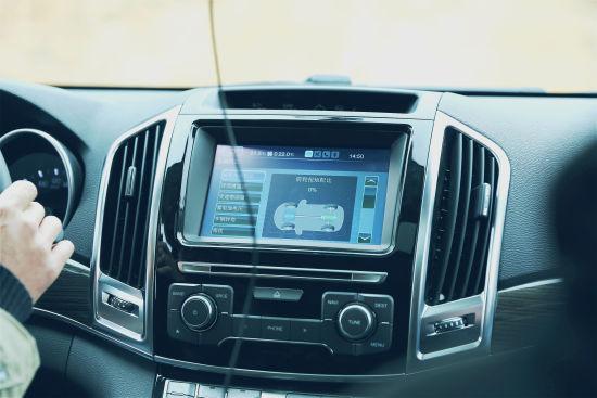 试驾体验之前,我们专业的工作人员为客户车主和媒体朋友仔细讲解了哈弗H9的功能特点,以及试驾过程中应注意的安全注意事项。
