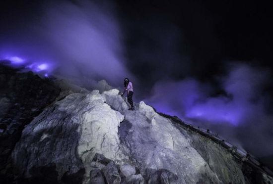 """印尼火山内部岩浆燃烧成""""蓝色岩浆喷发"""""""