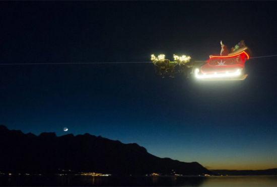 瑞士圣诞老人乘雪橇飞上高空现童话场景