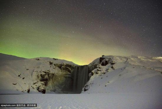北极光下的冰岛树林瀑布如梦似幻
