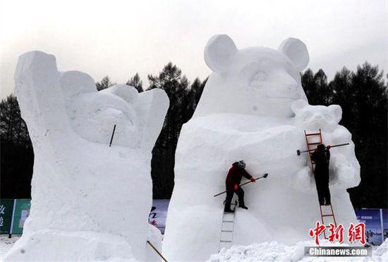 长春用40万立方米雪打造巨型雪雕群