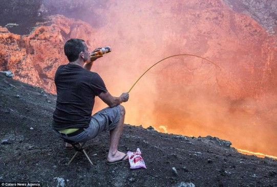 新西兰淡定男子坐火山口喝啤酒烤棉花糖