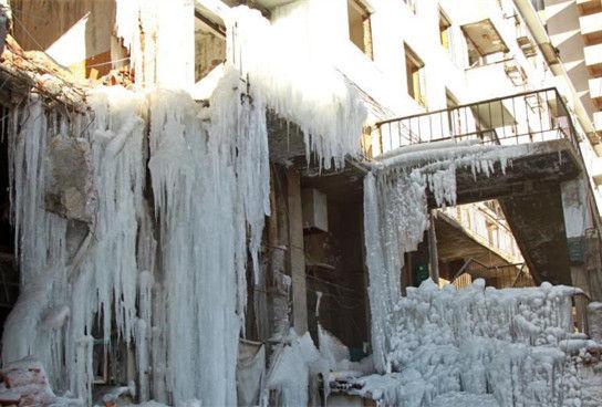 """水管爆裂沈阳一楼房现""""冰瀑""""奇观"""