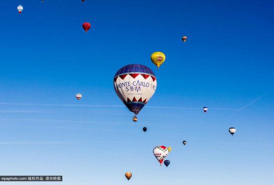 意大利热气球升空点缀蓝天庆祝主显节