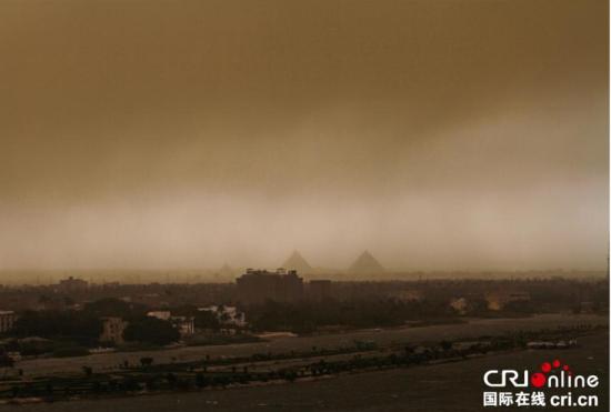 开罗遭遇沙尘暴袭击城市一片昏黄
